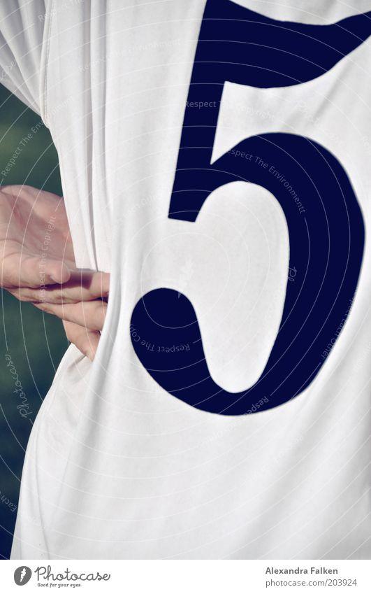 5 Fitness Sport-Training Kampfsport Sportler Sportveranstaltung Preisverleihung Trikot Hemd Rücken 1 Mensch schwarz weiß Sportbekleidung Hand Faltenwurf