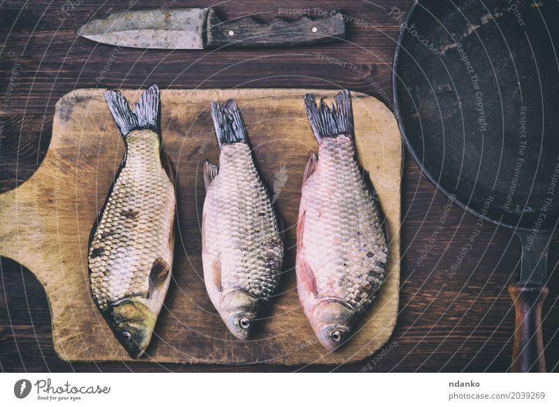 Fischkarpfen auf einem Küchenschneidebrett Lebensmittel Fleisch Kräuter & Gewürze Ernährung Pfanne Messer Tisch Holz Diät Essen frisch lecker natürlich oben
