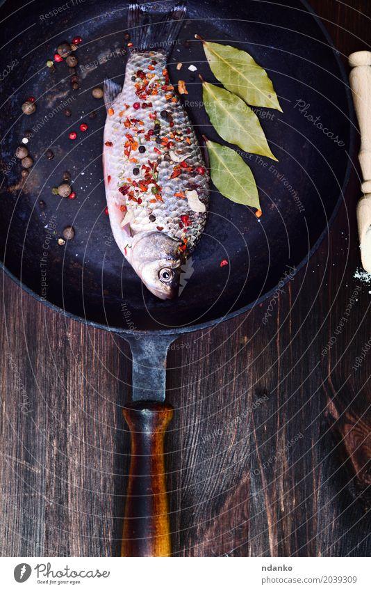 Fischkarpfen in Gewürz Blatt schwarz Essen Holz braun oben frisch Kräuter & Gewürze Küche Top Diät roh Zutaten Pfanne Schiffsplanken