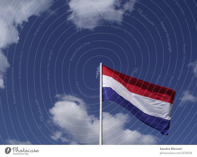 WM Gegner? Fahne Luft Wetter Schönes Wetter Wind blau rot weiß Niederlande Farbfoto mehrfarbig Außenaufnahme Detailaufnahme Menschenleer Textfreiraum links Tag
