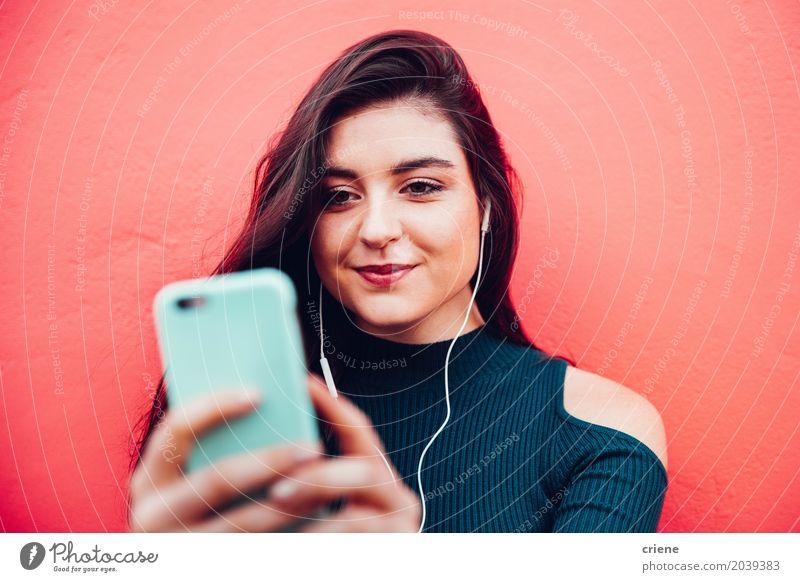 Junge kaukasische Frau, die Musik am intelligenten Telefon hört Lifestyle Freude Handy MP3-Player PDA Technik & Technologie Unterhaltungselektronik
