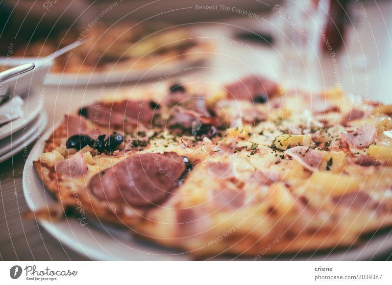Amerikanische Pizza auf Platte im Restaurant Lebensmittel Fleisch Wurstwaren Käse Teigwaren Backwaren Essen Mittagessen Abendessen Fastfood Italienische Küche