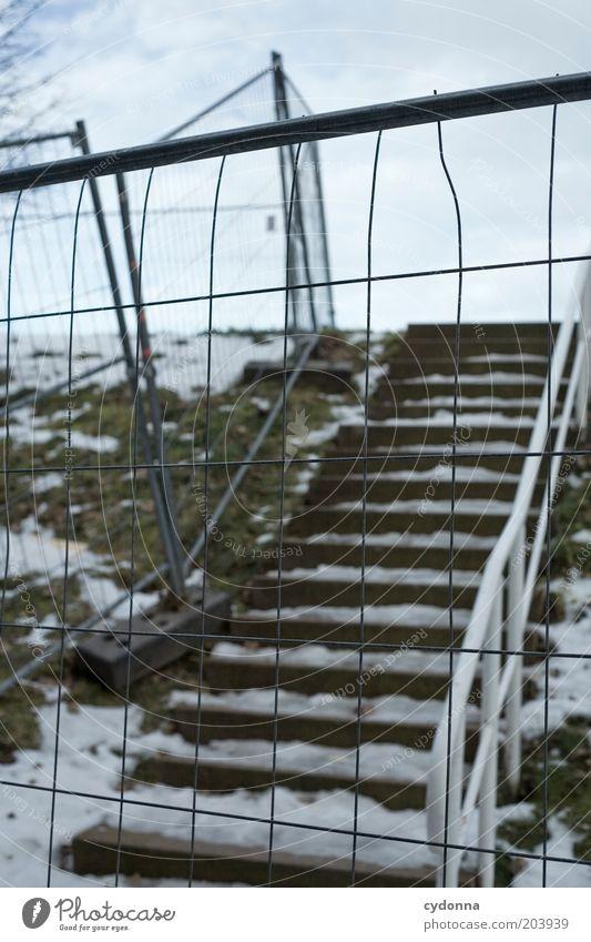 Auf der anderen Seite Winter Eis Frost Schnee Treppe Einsamkeit ruhig stagnierend Wege & Pfade Zeit Absperrgitter Zaun Treppengeländer kalt trist Verbote