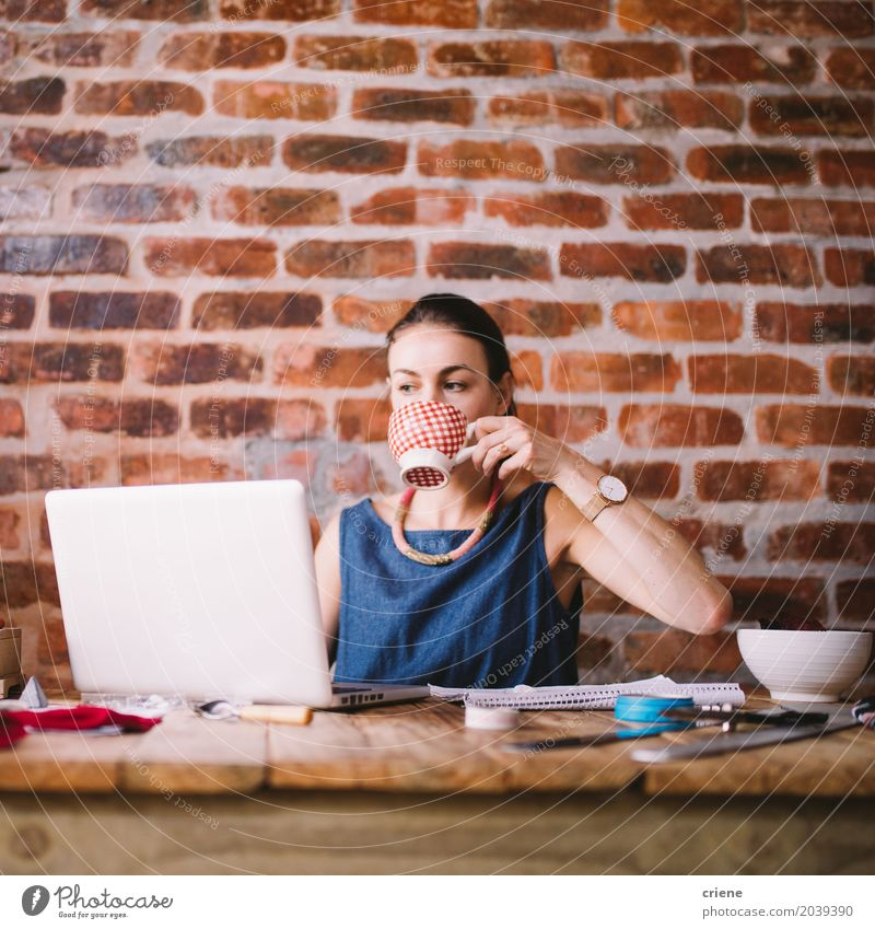 Mensch Frau Jugendliche Junge Frau 18-30 Jahre Erwachsene Lifestyle feminin Business Arbeit & Erwerbstätigkeit Büro modern Technik & Technologie Kaffee trinken fahren