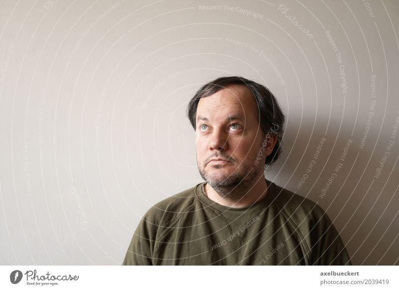 Mann schaut nach oben, mit Textfreiraum Mensch maskulin Erwachsene 1 30-45 Jahre 45-60 Jahre Mauer Wand schwarzhaarig Bart Dreitagebart Gefühle 40 nachdenklich