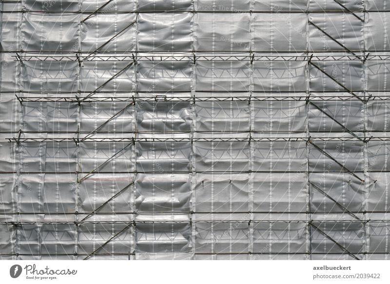 Baugerüst und Plane Haus Hochhaus Bauwerk Gebäude Fassade grau silber Hintergrundbild Modernisierung horizontal Konstruktion Baustelle Abdeckung verpackt