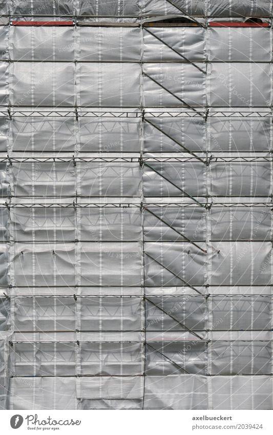 Hochhaus mit Baugerüst und Plane Haus Bauwerk Gebäude Fassade hoch grau silber Hintergrundbild Modernisierung Renovieren Gerüst Baustelle verpackt Abdeckung