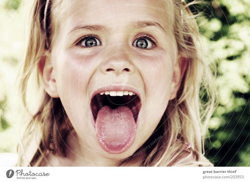 Wahn mit Sinn Kind blau Mädchen Kopf lustig Kindheit blond Mund verrückt niedlich einzigartig Gesicht Kleinkind Lebensfreude Gesichtsausdruck zeigen