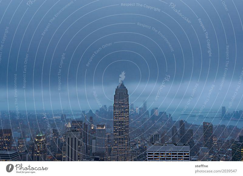 abends in Manhattan Stadt Skyline überbevölkert Hochhaus New York City USA Empire State Building Wolken Dämmerung Farbfoto Menschenleer Textfreiraum oben Nacht
