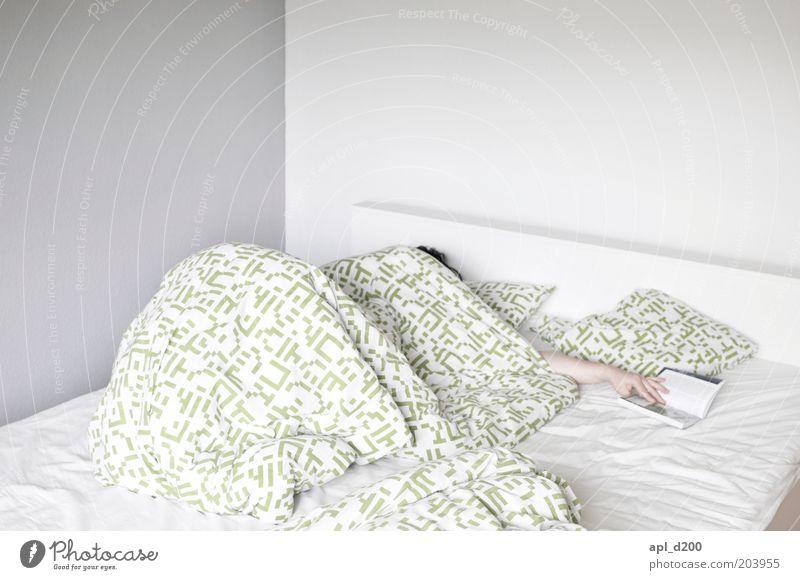 Ich bin dann mal weg Freizeit & Hobby schlafen Häusliches Leben Bett Raum Schlafzimmer lesen Mensch Arme Hand Finger 1 authentisch grün weiß Bettdecke Farbfoto
