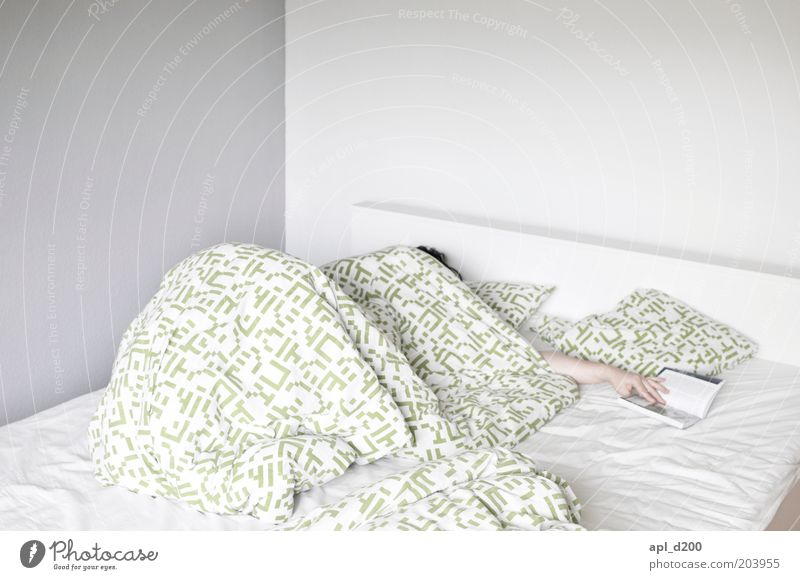 Ich bin dann mal weg Mensch Hand grün weiß Freizeit & Hobby Arme Raum Finger schlafen Pause authentisch Häusliches Leben Bett lesen Müdigkeit Schlafzimmer