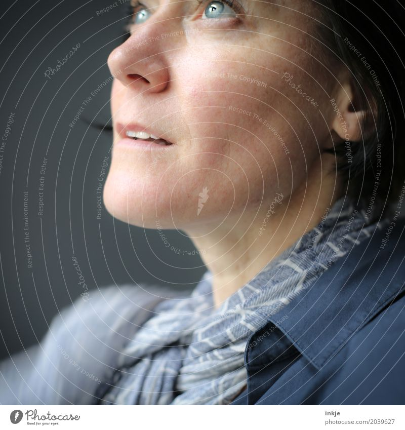 Nahaufnahme Frau Lifestyle Stil schön Gesicht Freizeit & Hobby Erwachsene Leben 1 Mensch 30-45 Jahre 45-60 Jahre Blick blau Gefühle Stimmung Optimismus Neugier