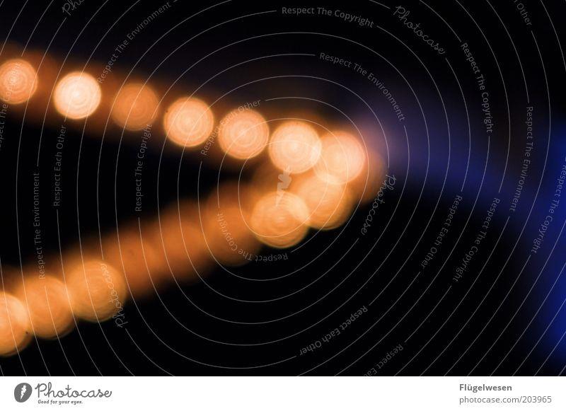 > leuchten Licht Lichterscheinung Lichtspiel Lichtpunkt Lichtstrahl Beleuchtung Pfeil hell rechts Lichtschlauch Lichterkette Farbfoto Außenaufnahme Nacht