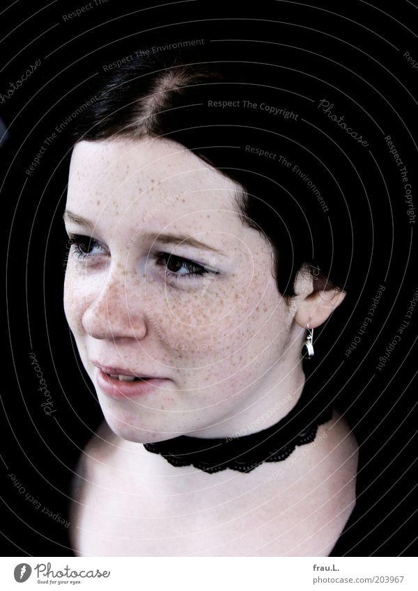 lächeln Mensch feminin Junge Frau Jugendliche Jugendkultur Ohrringe Lächeln schön positiv einzigartig Sommersprossen Farbfoto Außenaufnahme Porträt Gothic