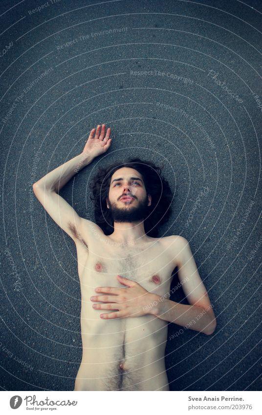 asphaltromantik. Mensch Jugendliche blau Erwachsene Straße nackt Stil Arme Haut natürlich liegen maskulin schlafen authentisch 18-30 Jahre Asphalt