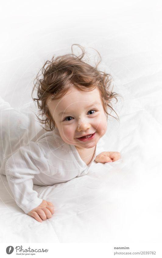 Baby, welches die Kamera und das Lächeln betrachtet Lifestyle Freude Glück schön Spielen Kind Kleinkind Frau Erwachsene Kindheit blond Liebe Fröhlichkeit klein
