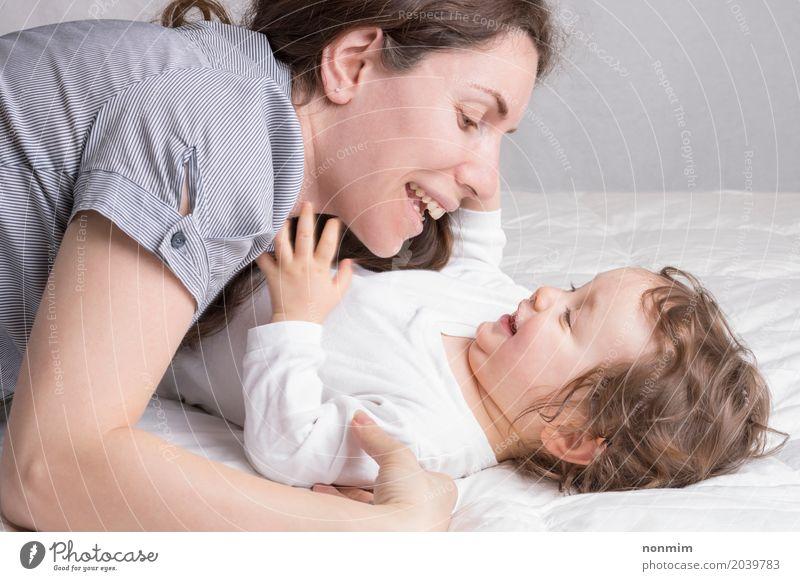 Baby, das mit Mutter spielt und Spaß hat Freude schön Spielen Kind Kleinkind Frau Erwachsene Eltern Familie & Verwandtschaft Kindheit Lächeln Liebe Umarmen