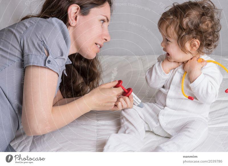 Baby und Mama spielen Doktor Kind Frau Freude Erwachsene sprechen Liebe Familie & Verwandtschaft Spielen Lächeln Fröhlichkeit Zukunft Mutter Beruf Krankheit