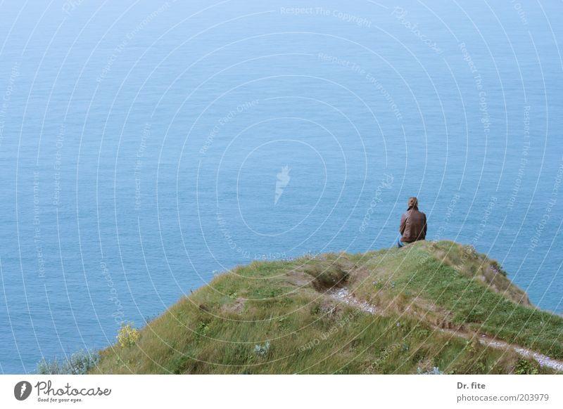Leave me alone Mensch Natur Jugendliche blau Wasser grün Meer Einsamkeit ruhig Erwachsene Erholung Umwelt Gras Glück träumen Erde