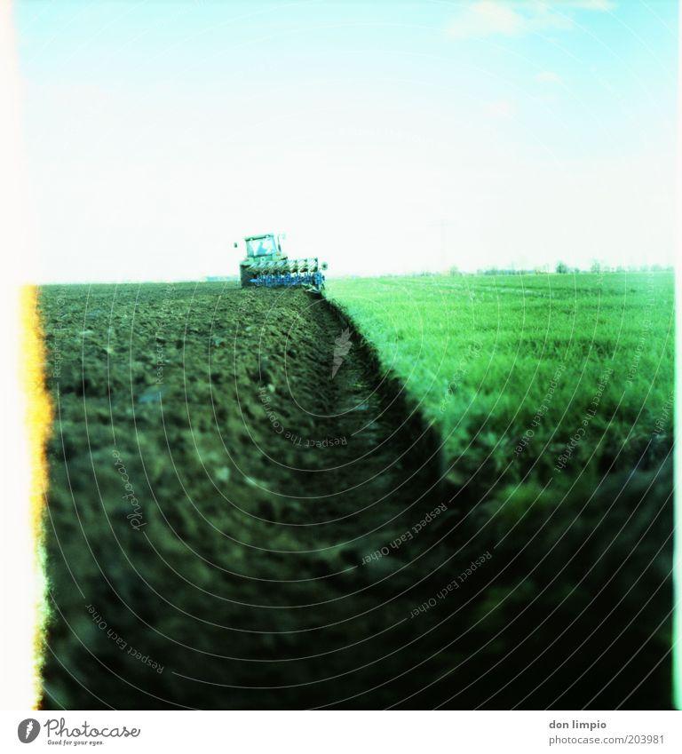 Bauer bestellt Acker weiß grün Ferne Herbst Arbeit & Erwerbstätigkeit Gras Frühling Landschaft Feld dreckig Erde fahren analog Landwirtschaft Landwirt Schönes Wetter