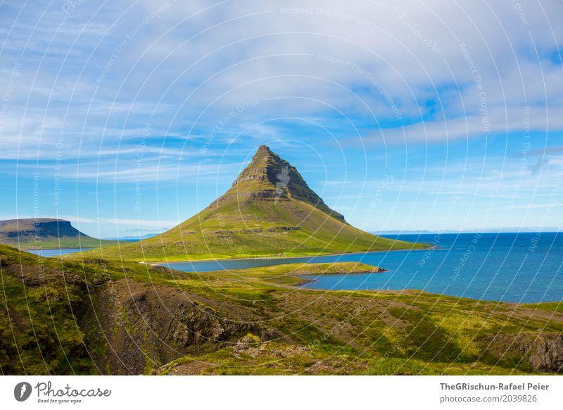 Kirkjufell Umwelt Natur Landschaft blau braun grün weiß kirkjufell Berge u. Gebirge Wasser Meer Wolken Reisefotografie Wahrzeichen Island Horizont Aussicht