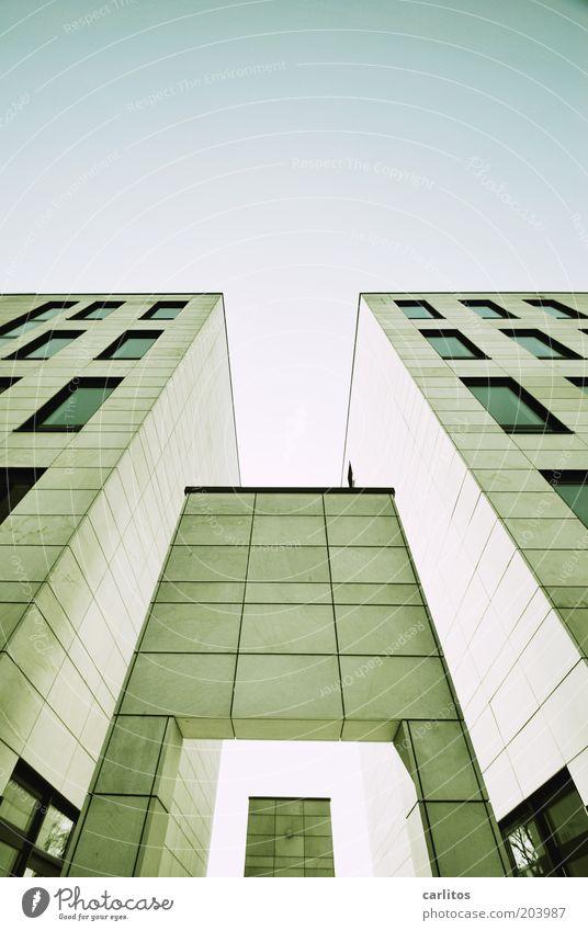 Neues aus Bad Kippingen Bankgebäude Gebäude Mauer Wand Fassade Fenster ästhetisch eckig hoch modern oben unten blau grau Macht Platzangst Design gleich