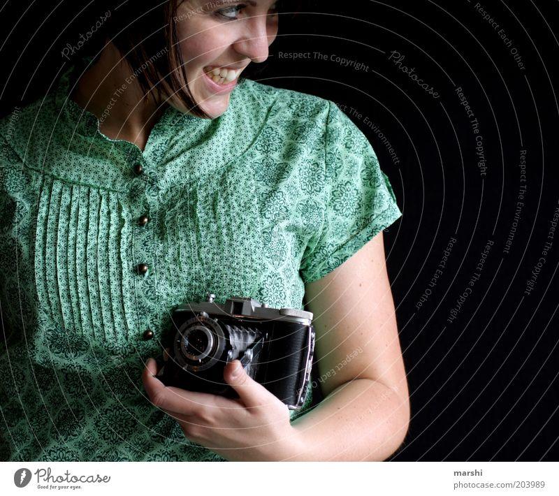 nostalgisches Lächeln Frau Mensch Jugendliche alt grün Freude schwarz feminin Gefühle lachen Zufriedenheit Stimmung Fotografie Erwachsene Fröhlichkeit