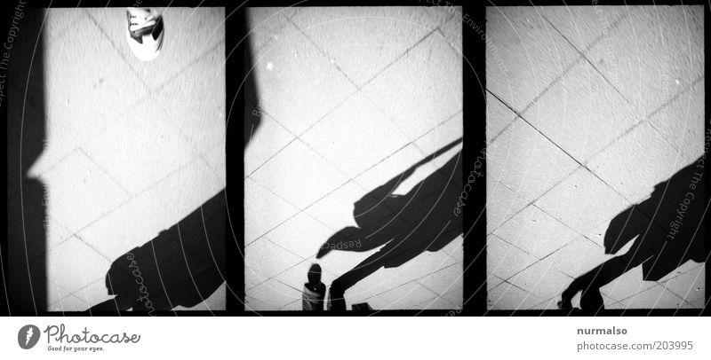 3mal1 Weg am Morgen Mensch Beine Fuß Kunst Umwelt Fußgänger Bürgersteig Gehwegstein Bewegung gehen dunkel Identität Mobilität skurril Schwarzweißfoto Experiment