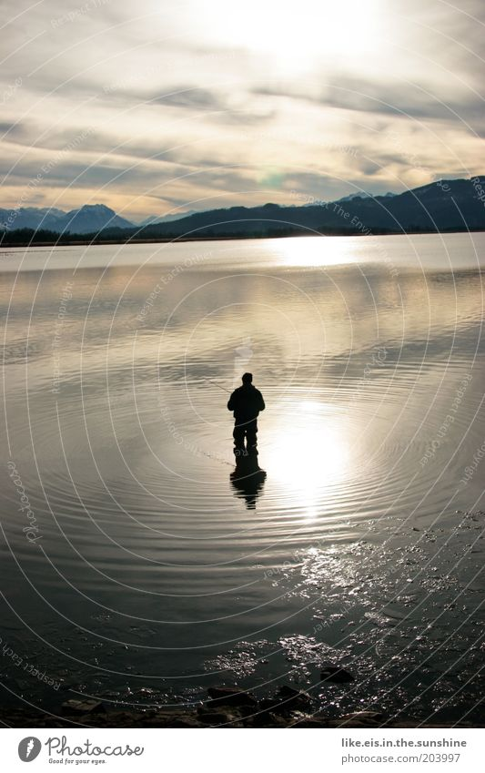 DA HAT OANA O'BISSN! Mann Sonne ruhig Ferne kalt Erholung Berge u. Gebirge Freiheit See Zufriedenheit Erwachsene Ausflug stehen Kitsch Idylle Meditation