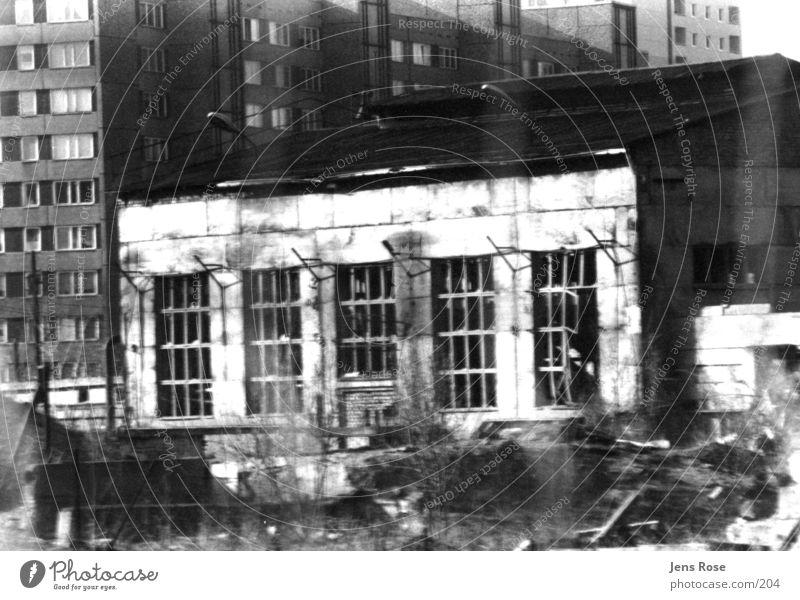 fabrikhalle Fabrik Architektur Schwarzweißfoto alt Lagerhalle Industriefotografie