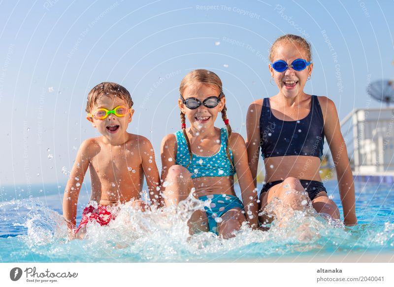 glückliche Kinder, die nahe dem Swimmingpool spielen Ferien & Urlaub & Reisen Sommer Wasser Sonne Erholung Freude Gesicht Lifestyle lustig Sport Junge lachen