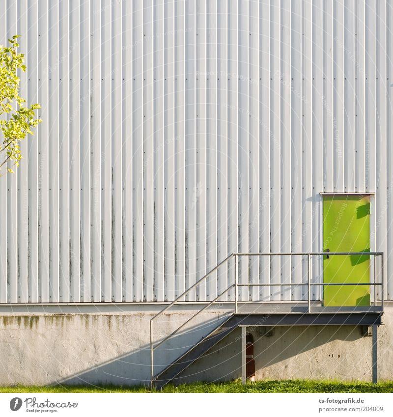 Fluchttür für LOHAS Industrieanlage Mauer Wand Treppe Fassade Tür Außentreppe Metalltreppe Treppengeländer Wellblechwand Lagerhalle Fabrikhalle Beton Linie