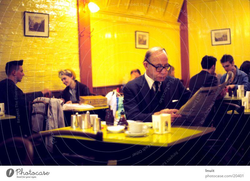 Café in England 1984 (unscharf) Zeitung Tisch Gegenteil Ernährung alt Kaffee Tee