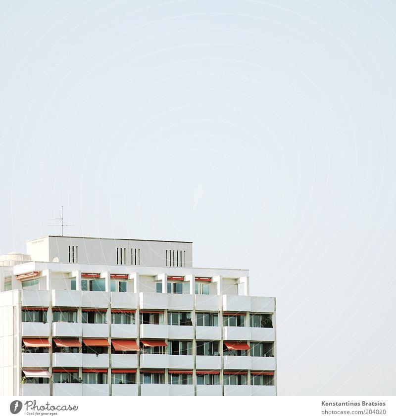 20:30 dann auf der Dachterasse Wolkenloser Himmel Stadtrand Haus Hochhaus Gebäude Balkon Terrasse Fenster Antenne Markise groß hell hoch oben weiß orange