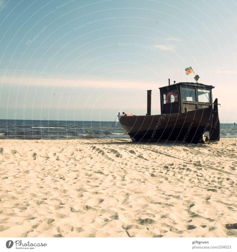 fischers fritze fischt frische fische Himmel Strand Ferne Sand Wasserfahrzeug Küste Deutschland Horizont Deutsche Flagge Schifffahrt Ostsee Schönes Wetter