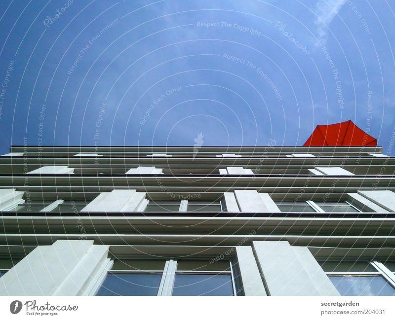 die bessere hälfte. Haus Wolkenloser Himmel Sommer Schönes Wetter Gebäude Architektur Fassade Sonnenschirm historisch blau rot Perspektive Symmetrie Fenster