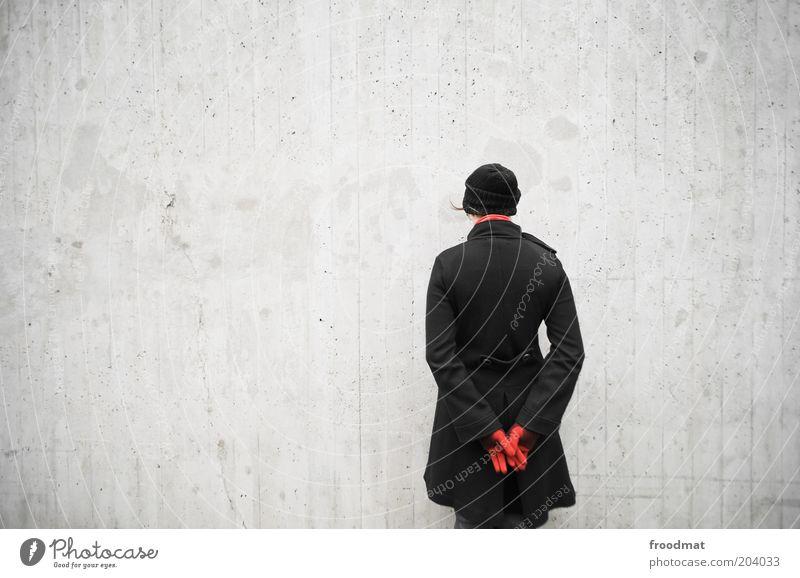 mauerblümchen Mensch feminin Junge Frau Jugendliche Erwachsene Rücken Mauer Wand Mantel Schal Handschuhe Mütze stehen warten kalt trist Verschwiegenheit ruhig