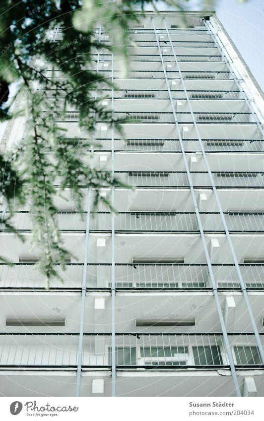 for sale Haus Hochhaus Fassade Balkon Plattenbau Geländer alt Außenaufnahme Menschenleer Froschperspektive Zentralperspektive Blick nach oben Wohnhochhaus Tag