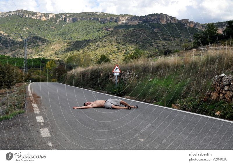 100 - Ich bin platt Mensch Himmel Jugendliche Straße Tod Landschaft Berge u. Gebirge Wege & Pfade Felsen maskulin liegen Unfall Hügel Verkehrswege Desaster