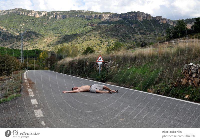 100 - Ich bin platt Verlierer maskulin Junger Mann Jugendliche Mensch Landschaft Himmel Hügel Felsen Berge u. Gebirge Verkehrswege Fußgänger Verkehrsunfall