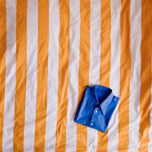 Komplementärfaltung Bekleidung Hemd blau gelb Ordnungsliebe Reinlichkeit Sauberkeit gefaltet Bettwäsche Bettdecke gestreift Streifen Mode mehrfarbig