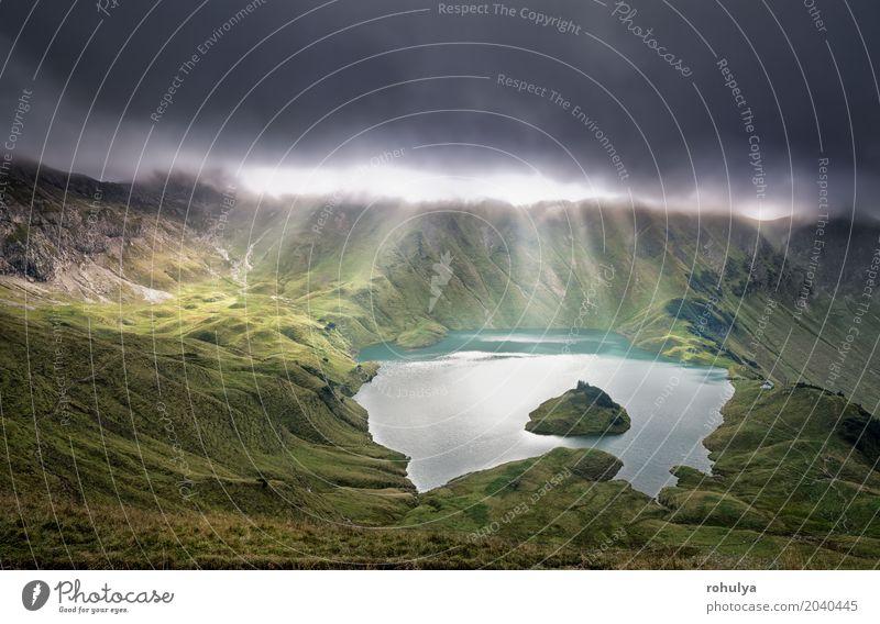 Sonnenstrahlen durch Wolken über alpinen See Ferien & Urlaub & Reisen Insel Berge u. Gebirge Natur Landschaft Himmel Sonnenaufgang Sonnenuntergang Sonnenlicht
