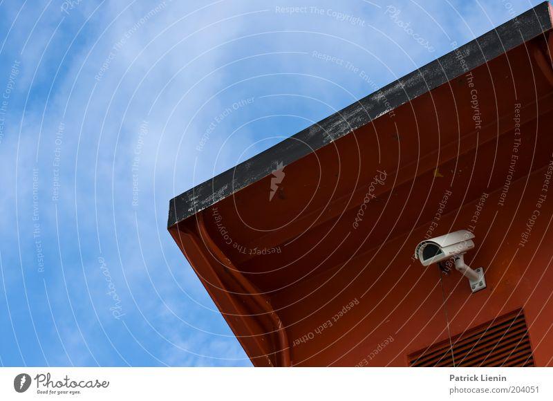 Totale Kontrolle! Himmel blau rot Sicherheit beobachten Videokamera Überwachung Unterdrückung Überwachungsstaat Überwachungskamera Überwachungsgerät Sicherheitskontrolle