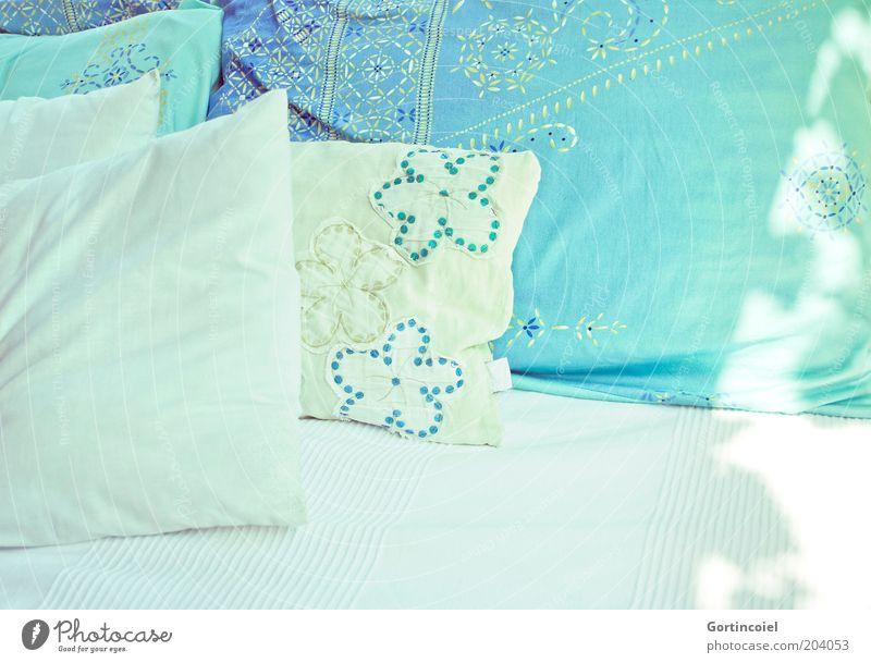 Sanft gebettet Lifestyle Wohlgefühl Erholung Innenarchitektur Dekoration & Verzierung Sofa Bett weich türkis bequem gemütlich Kissen Textilien Muster Decke