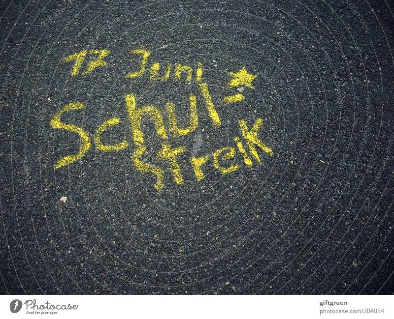 we don't need no education gelb Straße Schule Graffiti Stern (Symbol) Schriftzeichen Bildung Asphalt Buchstaben Schulunterricht Kindererziehung bemalt Versammlung Monat fordern
