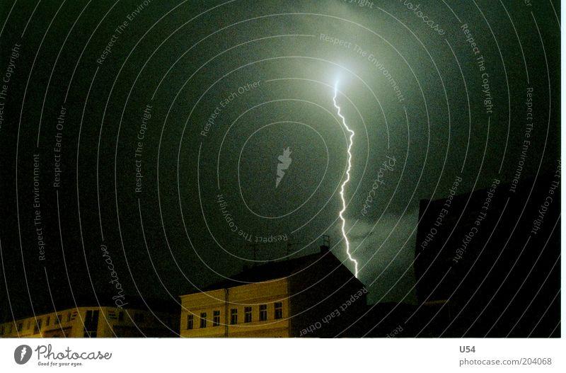 Blitzdings Haus Gewitterwolken Blitze gefährlich Farbfoto Außenaufnahme Experiment Menschenleer Nacht Langzeitbelichtung Blitzschlag Elektrizität elektrisch