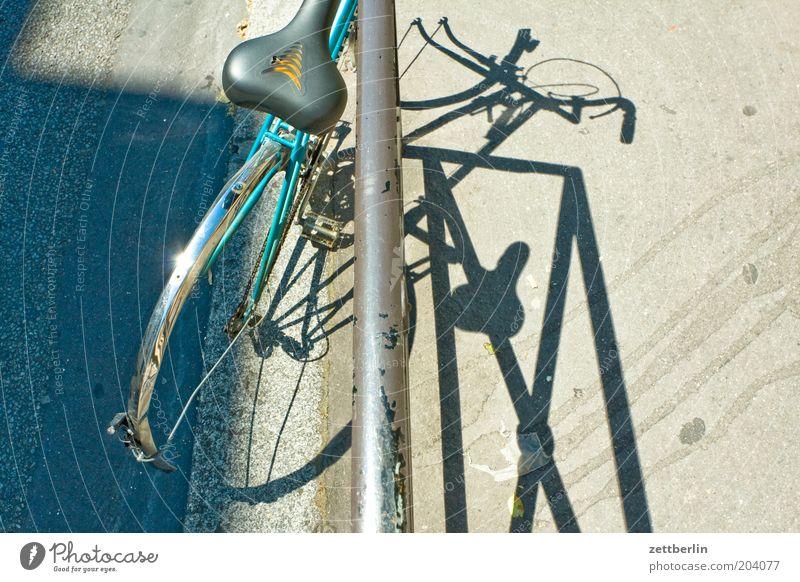 Fahrad (Paris) Fahrrad kaputt Geländer Eisen Fahrradrahmen Schrott Fahrradsattel Sattel schrottreif Sperrmüll