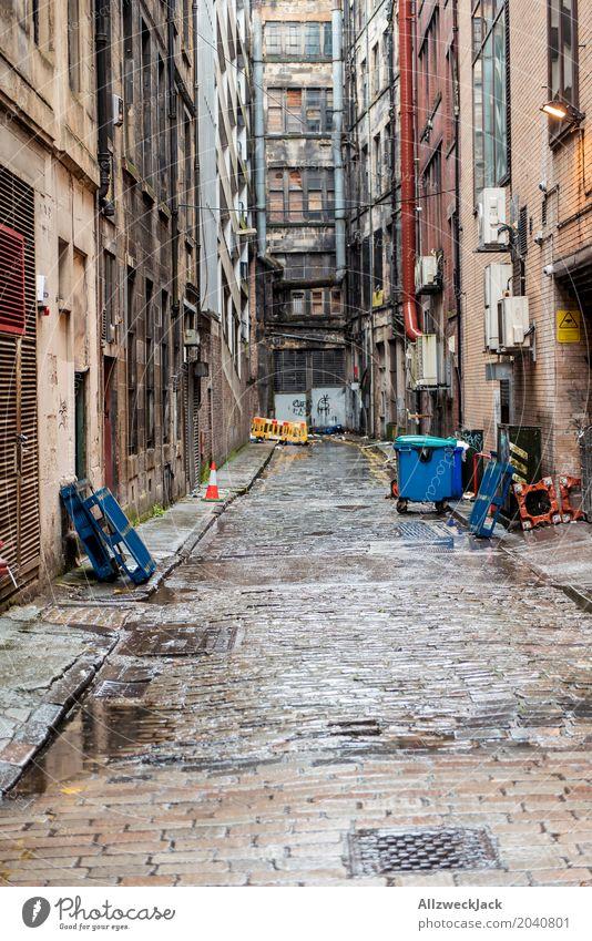 Crime alley Glasgow Schottland Stadt Stadtzentrum Fassade dreckig dunkel gruselig hässlich kaputt grau Einsamkeit Ende Endzeitstimmung Verfall Zerstörung