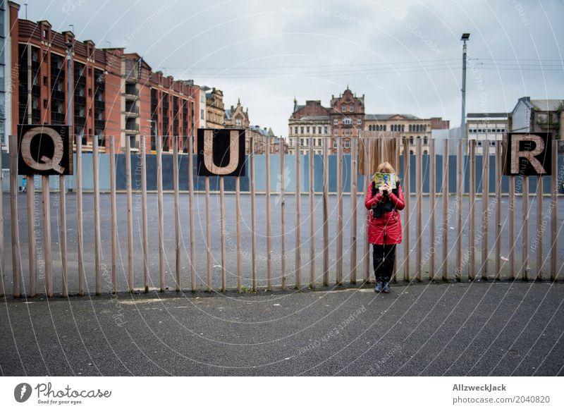 QU?R Buchstaben Großbuchstabe quer queer Wort Typographie verstecken Frau lesen unerkannt Glasgow Schottland Stadtzentrum Zaun Bauzaun Destination Suche