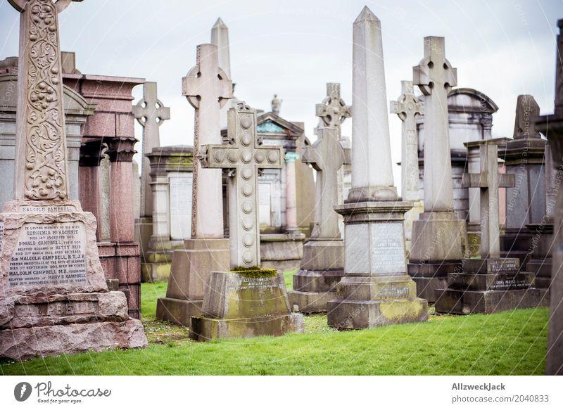 Grabsteine Obelisk Kreuz Christliches Kreuz Denkmal Friedhof erinnern Glasgow Nekropolis Großstadt Schottland Trauer Frieden ruhig Vergänglichkeit Tod